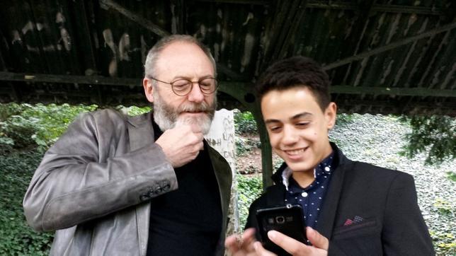 10月11日、米ケーブルテレビHBOの人気ファンタジードラマ「ゲーム・オブ・スローンズ」に出演する俳優のリアム・カニンガムさんが、9月にヨルダンで出会ったシリア難民の少年をドイツに訪ね、再会を果たした。写真はロイターテレビの映像から(2016年 ロイター)
