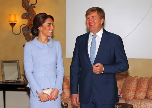10月11日、英王室のキャサリン妃(ケンブリッジ公爵夫人、写真左)が、単独で初の海外公務となるオランダ訪問を開始した。写真右はウィレム・アレクサンダー国王。代表撮影(2016年 ロイター/Peter Dejong)