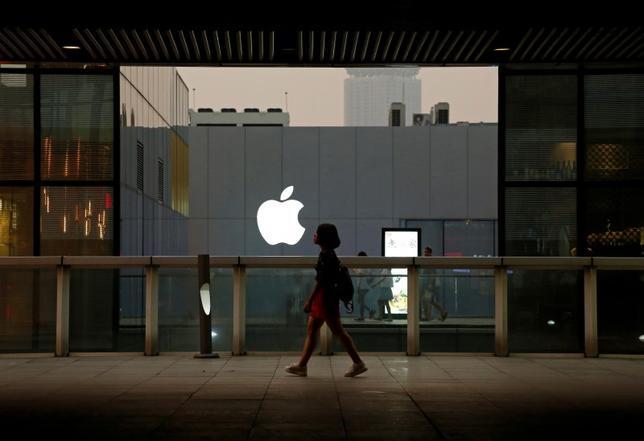 10月12日、米アップルは12日、中国の深セン市に研究開発部門を開設する計画を明らかにした。写真は北京のアップル・ストアー。7月撮影(2016年 ロイター/Thomas Peter)