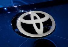 Toyota Motor Corp y Suzuki Motor Corp dijeron el miércoles que están explorando una posible alianza empresarial, citando la necesidad de una mayor cooperación en la industria de cara a las tecnologías del futuro. Imagen del logo de Toyota en una feria en París, Francia, el 29 de septiembre de 2016. REUTERS/Jacky Naegelen