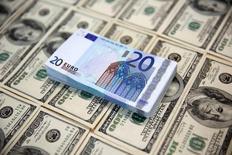 Доллары и евро. Растущий в последнее время доллар оказался под давлением в ходе торгов в Азии в среду, а британский фунт восстановил часть позиций после серьёзных потерь предыдущей сессии. REUTERS/Dado Ruvic/Illustration/File Photo