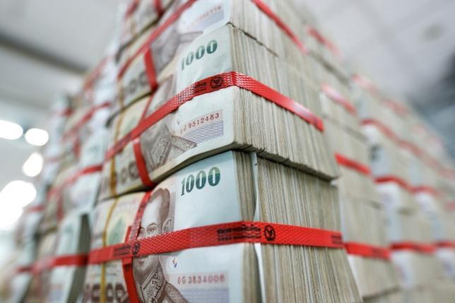 10月12日、タイの主要株価指数は6%超下げ、通貨バーツも売られた。プミポン国王の容体が不安定と発表されたことなどが圧迫材料となっている。写真はバンコクで5月撮影(2016年 ロイター/Athit Perawongmetha)