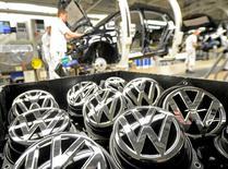 Volkswagen podría recortar hasta 2.500 empleos anuales en los próximos diez años vía prejubilaciones, dijo el diario Handelsblatt el miércoles, citando a Bernd Osterloh, jefe del influyente consejo de trabajadores del fabricante de automóviles. En esta imagen de archivo, emblemas de VW del Golf VII en una línea de producción en la planta del grupo automovilístico Volkswagen en Wolfsburg, el 25 de febrero de 2013. REUTERS/Fabian Bimmer/File Photo
