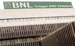 BNP Paribas veut supprimer 700 emplois et 100 agences de sa banque de détail italienne BNL d'ici 2020. Les suppressions de postes devraient être effectuées via des départs anticipés à la retraite.  /Photo d'archives/ REUTERS/Alessandro Bianchi