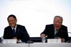 El presidente de Toyota Motor Corp, Akio Toyoda (izq.) junto al presidente de Suzuki Motor, Osamu Suzuki, durante una conferencia de prensa en Tokio, Japón. 12 de octubre de 2016. Toyota Motor Corp y Suzuki Motor Corp dijeron el miércoles que están explorando una posible alianza, citando desafíos tecnológicos y la necesidad de mantenerse al día ante la creciente consolidación en la industria automotriz mundial. REUTERS/Toru Hanai