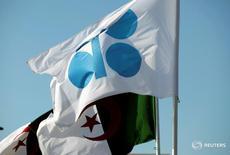 Banderas de la OPEP y Argelia durante una reunión de miembros de la OPEP en Argel, Argelia. 28 de septiembre de 2016. La OPEP dijo el miércoles que su producción de petróleo se incrementó en septiembre a máximos de varios años y elevó su previsión sobre el aumento de suministros de países fuera del grupo en 2017, lo que apunta a un mayor superávit en el mercado para el próximo año pese a un acuerdo para reducir el bombeo. REUTERS/Ramzi Boudina