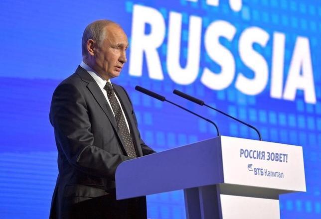 10月12日、ロシアのプーチン大統領は、同国の経済成長を確実にするためにはマクロ経済の安定を下支えし、インフレ目標を堅持する必要があるとの見解を示した。写真は同日、モスクワの経済フォーラムで講演するプーチン大統領(2016年 ロイター/Kremlin/Alexei Druzhinin)