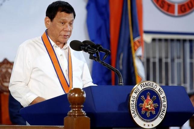 10月12日、フィリピンのドゥテルテ大統領は既存の防衛条約や軍事同盟を今後も維持する意向を表明した。発言により、米国とフィリピンの安全保障関係に関する先行き不透明感が増し、混迷は深まった。写真は同日、マニラで講演する同大統領(2016年 ロイター/Damir Sagolj)