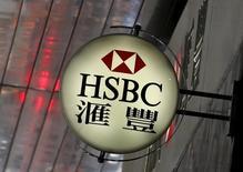 El logo de HSBC afuera de una de sus sucursales en un distrito financiero en Hong Kong, China. 2 de junio de 2015. Los reguladores globales publicaron las reglas finales para limitar el impacto de los problemas de grandes bancos en los mercados financieros. REUTERS/Bobby Yip/File Photo