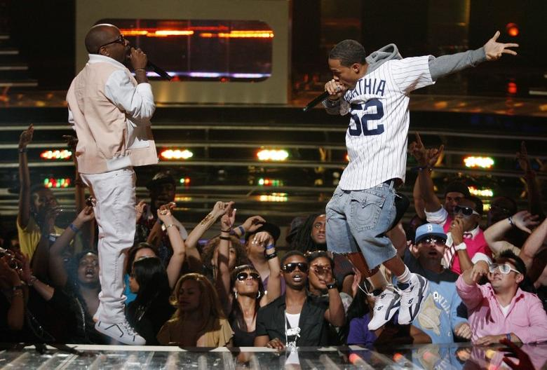 Rappers Jermaine Dupri, (L), and Bow Wow, (R), perform at the 2010 VH1 Hip Hop Honors in New York City June 3, 2010. REUTERS/Jessica Rinaldi