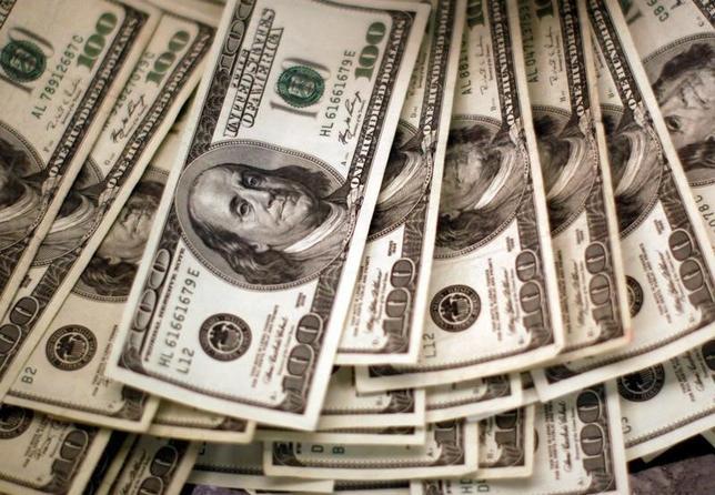 10月12日、終盤のニューヨーク外為市場でドルは高値圏。9月FOMC議事要旨が、12月に利上げされるとの観測を裏付ける内容となった。ドル紙幣、米コロラド州で2009年撮影(2016年 ロイター/Rick Wilking)