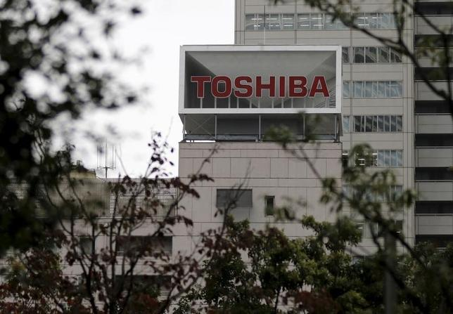 10月13日、東芝は、同社の不正会計処理で損害を被ったとして、海外の機関投資家ら45人が166億5060万円の損害賠償を求める訴訟を東京地裁に提起したと発表した。2015年10月撮影(2016年 ロイター/Toru Hanai)