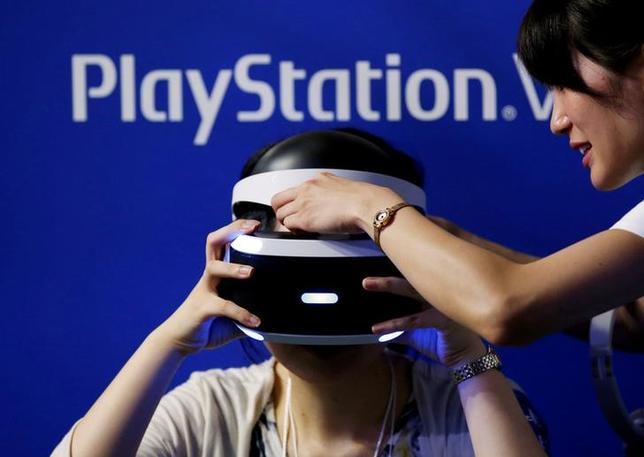 10月13日、ソニー・インタラクティブエンタテインメント(SIE)は、仮想現実(VR)の世界を家庭で楽しめるゴーグル型端末「プレイステーション(PS)VR」を発売した。写真は千葉市で9月撮影(2016年 ロイター/Kim Kyung Hoon)