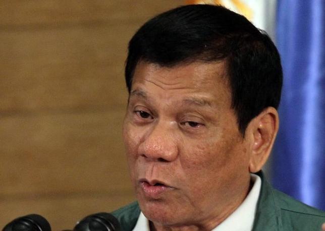 10月12日、米国のラッセル国務次官補(東アジア・太平洋担当)は、フィリピンのドゥテルテ大統領(写真)の発言に当惑しているとし、米比同盟関係にどのような影響を及ぼすのかはまだ分からないと述べた。ダバオで9月撮影(2016年 ロイター/Lean Daval Jr)