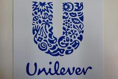Логотип Unilever на фабрике Miko в Сен-Дизье, Франция. Англо-голландская компания Unilever, производитель мороженого Ben & Jerry's и мыла Dove, в четверг отчиталась о менее сильном, чем ожидалось, замедлении продаж в третьем квартале благодаря повышению цен. REUTERS/Philippe Wojazer