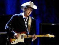 """Рок-музыкант Боб Дилан выступает в Лос-Анджелесе 5 мая 2004 года. Дилан получил Нобелевскую премию по литературе """"за создание новых поэтических выражений в продолжение великих традиций американской песни"""", сообщила Шведская королевская академия наук в четверг, присудив награду в размере 8 миллионов шведских крон ($927.740). REUTERS/Rob Galbraith/File Photo"""