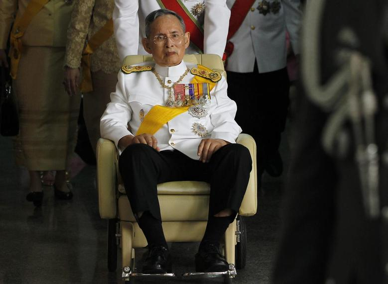 Thailand's King Bhumibol Adulyadej leaves from Siriraj Hospital to the Grand Palace in Bangkok December 5, 2011. REUTERS/Damir Sagolj