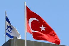 Турецкий флаг над посольством в Тель-Авиве и флаг Израиля поблизости 26 июня 2016 года. Израиль и Турция обсудили возможность укладки между ними газопровода с прицелом на европейский рынок, сообщил в четверг израильский министр энергетики в ходе первого за шесть лет визита в Турцию на уровне министров после разрыва отношений в 2010 году.  REUTERS/Baz Ratner/File Photo