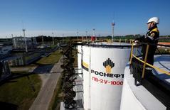 Рабочий на центральном сборном пункте нефти месторождения Приобское, принадлежащего Роснефти. Крупнейшая российская нефтяная компания Роснефть сообщила в четверг, что общий синергетический потенциал от приобретения Башнефти инвестконсультант и участники рынка оценивают примерно в $2,5 миллиарда за счёт оптимизации поставок нефти и снижения затрат. REUTERS/Sergei Karpukhin