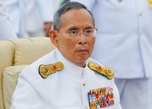 Король Пумипон Адульядет на церемонии открытия памятника королю Раме VIII  в Бангкоке. Король Таиланда Пумипон Адульядет, правивший дольше всех ныне здравствующих монархов мира, скончался в больнице в четверг, говорится в заявлении королевского двора. Ему было 88 лет. REUTERS/Damir Sagolj (THAILAND - Tags: ROYALS)