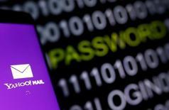 """Ilustración con el logo de Yahoo Mail. 6 de octubre 2016. El abogado jefe de Verizon Communications Inc, Craig Silliman, dijo el jueves que la compañía tiene """"bases razonables"""" para creer que el enorme robo de datos de unas 500 millones de cuentas de correo de Yahoo tiene un impacto significativo, que podría permitir retirar la oferta de 4.830 millones de dólares para comprar a la empresa de internet. REUTERS/Dado Ruvic"""