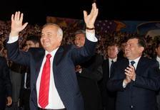 Президент Узбекистана Ислам Каримов (слева) танцует, а премьер-министр Шавкат Мирзиёев аплодирует на празднованиях Дня независимости в Ташкенте 31 августа 2007 года. Новому лидеру Узбекистана придется делиться властью, так как правящие кланы не могут договориться о кандидатуре единоличного лидера, сказали Рейтер источники, разбирающиеся в перипетиях местной подковерной борьбы. REUTERS/Shamil Zhumatov