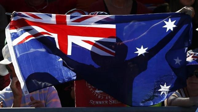 10月12日、石炭などの資源価格の上昇が、オーストラリア経済に追い風になろうとしている。写真はオーストラリア国旗。メルボルンで2013年1月撮影(2016年 ロイター/Daniel Munoz)