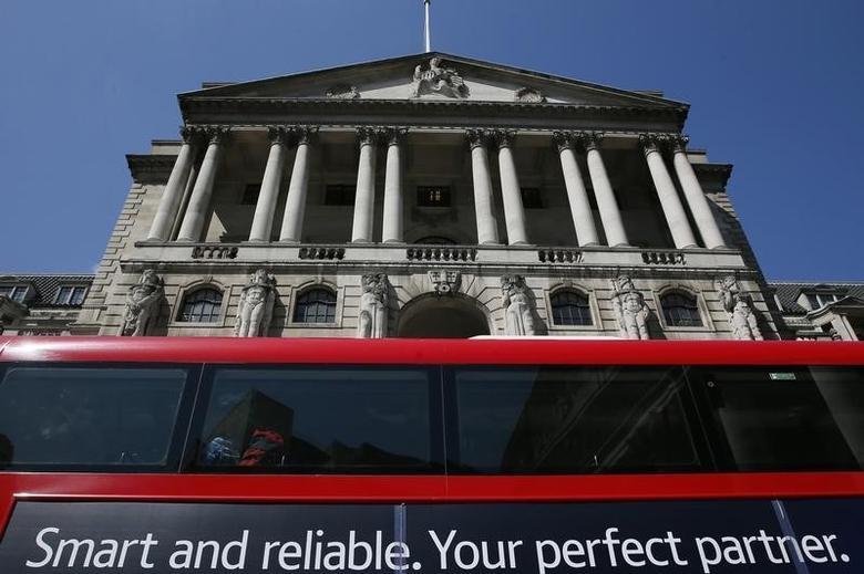 2015年5月13日,一辆巴士在英国央行门前驶过。REUTERS/Stefan Wermuth