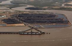 Anglo American devrait conclure dans un futur proche la vente de ses actifs australiens de charbon à un consortium emmené par la société américaine de capital-investissement Apollo Global Management pour un milliard de dollar ou davantage. /Photo d'archives/REUTERS/Daniel Munoz