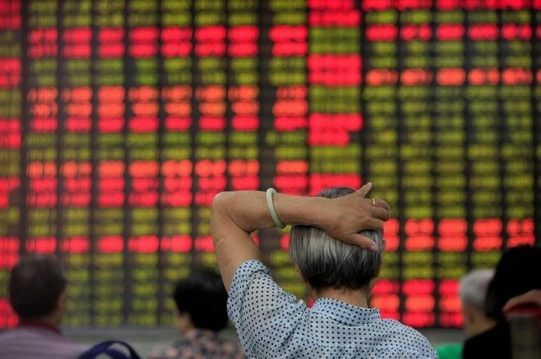 2016年6月23日,上海一家券商营业部内看股票行情的股民。REUTERS/Aly Song
