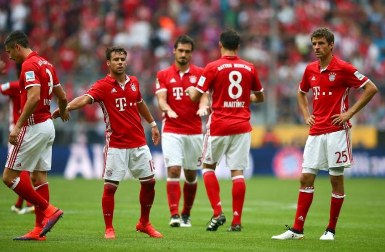 Football Soccer - Bayern Munich v 1. FC Cologne - German Bundesliga - Allianz-Arena, Munich, Germany - 01/10/16 Bayern Munich players react after the match. REUTERS/Michael Dalder