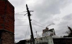 Un poste eléctrico en Buenos Aires, jul 29, 2015. Argentina debe apostar a la producción de energías renovables para paliar el grave déficit energético que sufre tras años de falta de inversiones, dijo el viernes un ejecutivo de la petroquímica Dow.   REUTERS/Marcos Brindicci