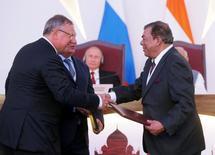 Los presidentes ejecutivos de las firmas rusas VTB y Rosneft, Andrei Kostin (izq) e Igor Sechin, y el vicepresidente de Essar Group, Ravi Ruia (der),  en un acto de intercambio de acuerdos tras Cumbre Anual India-Rusia en Benaulim, India, October 15, 2016. La petrolera estatal rusa Rosneft informó el sábado que proveerá con crudo de Venezuela a la refinería de India Vadinar, luego de comprarle la planta a la compañía Essar Oil. Sputnik/Kremlin/Mikhail Metzel via REUTERS ATENCIÓN EDITORES. ESTA IMAGEN FUE PROVISTA POR UN TERCERO. SÓLO PARA USO EDITORIAL.