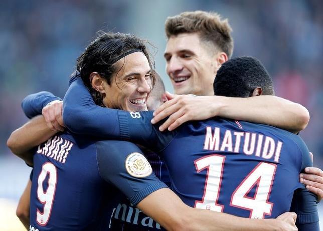 10月15日、サッカーのフランス1部、王者パリ・サンジェルマン(PSG)はナンシーを2─1で下した。写真は得点を喜ぶPSGの選手たち(2016年 ロイター/Vincent Kessler)