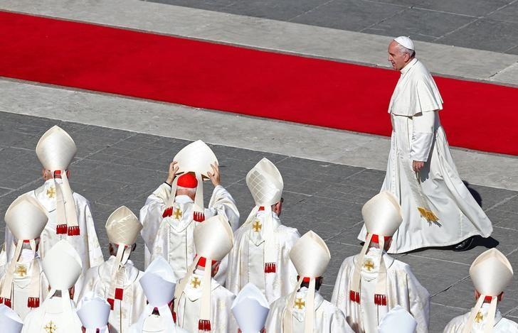 Pope Francis walks at the end of a canonization mass for seven new saints in Saint Peter's Square at the Vatican October 16, 2016. REUTERS/Tony Gentile