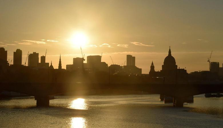 Dawn breaks over the City of London, Britain June 24, 2016.     REUTERS/Toby Melville/File Photo