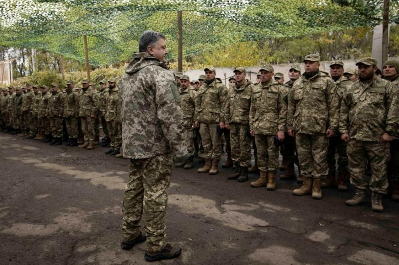 Ukrainian President Petro Poroshenko meets with servicemen during a visit to the zone of the military operation against Russian-backed separatists in eastern Ukraine, in Donetsk region, Ukraine, October 15, 2016. Mikhail Palinchak/Ukrainian Presidential Press Service/Pool via REUTERS
