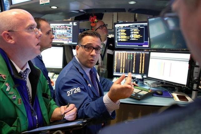 10月14日、17日から始まる週の米国株式市場では、一連の企業決算が相場を左右する材料になる見通し。写真はNY証券取引所のトレーダー、14日撮影(2016年 ロイター/Brendan McDermid)