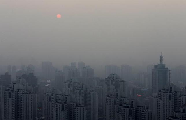 10月14日、中国国営の新華社によると、中国住宅都市農村建設省は、不動産開発会社による9つのタイプの不正行為を取り締まる方針を明らかにした。写真は北京市内、2014年9月撮影(2016年 ロイター/Barry Huang)