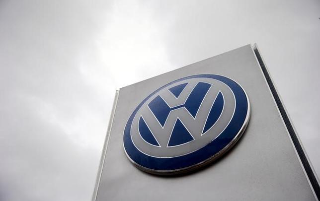 10月14日、独自動車大手フォルクスワーゲン(VW)は、排ガス不正問題をめぐり、影響を受けた米国の顧客側弁護団に手数料・経費として、1億7500万ドルを支払うことで同意した。写真はロゴ、ロンドンで昨年11月撮影(2016年 ロイター/Suzanne Plunkett)