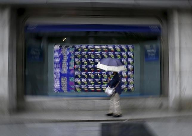 10月17日、前場の東京株式市場で、日経平均株価は前営業日比24円61銭高の1万6880円98銭と小幅に続伸した。写真は都内で昨年9月撮影(2016年 ロイター/Issei Kato)
