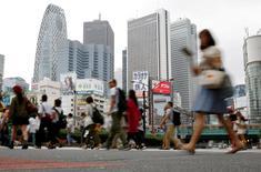 La confianza en el sector manufacturero japoné subió en octubre por segundo mes consecutivo y hasta un máximo de seis meses, mostró un sondeo de Reuters, mientras que el sentimiento sobre el sector servicios tocó un mínimo de tres años y medio, resaltando la irregular naturaleza de la recuperación económica. En la imagen de archivo, personas en la calle en el distrito de Shinjuku de Tokio, Japón.  REUTERS/Toru Hanai/File Photo