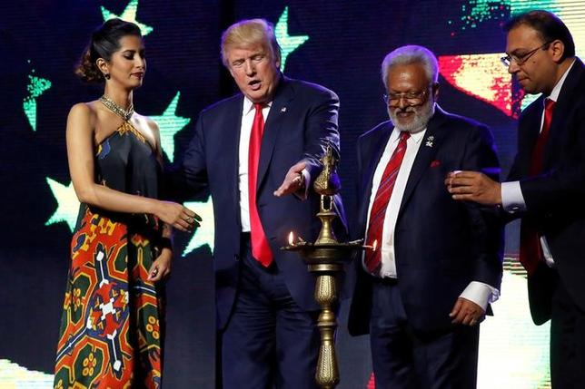 10月17日、米大統領選の共和党候補ドナルド・トランプ氏は、自分が大統領に当選したら米国とインドは「最良の友」となり、米国はイスラム過激派と戦ううえでインドとの情報共有を拡大すると述べた。ニュージャージ州エジソンで開かれた共和党とヒンズー教徒共催のチャリティコンサートで15日撮影(2016年 ロイター/Jonathan Ernst)
