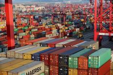 El crecimiento económico de China se ralentizaría a un 6,6 por ciento este año y se debilitaría a un 6,5 por ciento en 2017, aun cuando el Gobierno mantiene las medidas de apoyo para evitar una desaceleración más pronunciada, según un sondeo de Reuters. En la imagen, contenedores en el puerto de Yangshan, en la zona de libre comercio de Shanghai, China, el 24 de septiembre de 2016. REUTERS/Aly Song/File Photo