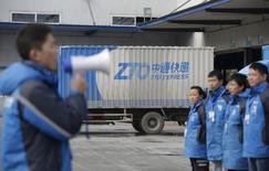 Сотрудники ZTO Express слушают своего менеджера перед рабочим днем. Логистическая компания ZTO Express установила условия проведения первичного публичного размещения акций (IPO), которое может стать крупнейшим в США среди китайских компаний в этом году после $25-миллиардного IPO китайского интернет-гиганта Alibaba Group Holding Ltd в 2014 году. REUTERS/Jason Lee