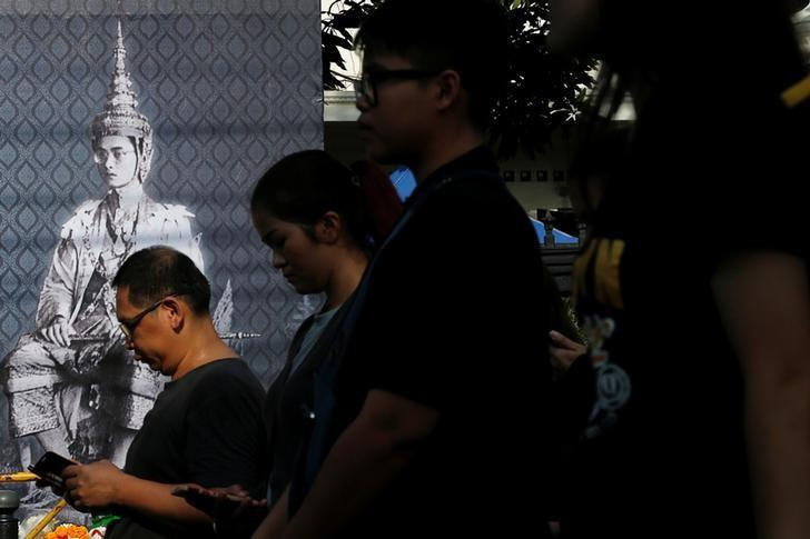 Mourners enter the Grand Palace to pay their respects to the late King Bhumibol Adulyadej in Bangkok, Thailand, October 17, 2016. REUTERS/Chaiwat Subprasom