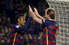 Ivan Rakitic e Neymar durante partida do Barcelona.   17/01/2016            REUTERS/Albert Gea