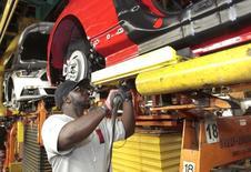 Un empleado en la línea de ensamblaje de un auto en la planta de Flat Rock de Ford Motor, en Michigan, Estados Unidos. 20 de agosto de 2015. La producción industrial de Estados Unidos apenas creció en septiembre, dado que un repunte en las manufacturas compensó un descenso en los servicios públicos, lo que sugiere una modesta aceleración del crecimiento económico en el tercer trimestre. REUTERS/Rebecca Cook