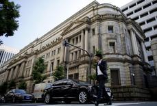 La sede del Banco de Japón en Tokio, jun 24, 2015. El Banco de Japón mantuvo su visión optimista de la economía en la mayoría de las nueves regiones del país, pero dijo que algunas compañías están teniendo problemas para subir los precios ante la debilidad del consumo, subrayando la dificultad de acabar con la persistente mentalidad deflacionaria del público.       REUTERS/Toru Hanai