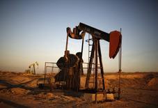 Una unidad de bombeo de crudo operandor en Bakersfield, EEUU, oct, 14, 2014. Los precios del petróleo caían el lunes, presionados por preocupaciones de exceso de suministro, mientras que las expectativas de una intervención de la OPEP el próximo mes para reducir la producción limitaban las pérdidas.  REUTERS/Lucy Nicholson